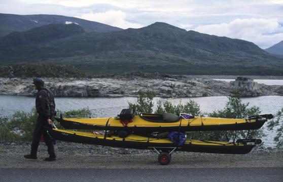 Vid Suorva, Narvik-Tornio med faltkajaker och prototypkärra/rigg © Olof Marzelius 2003
